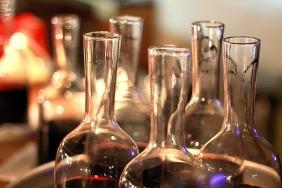 carafe cu vin rosu