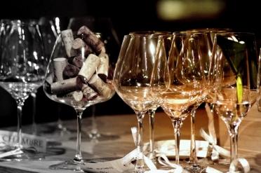 pahare de vin aranjate artistic