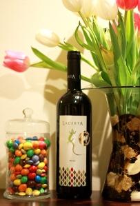 natura statica cu vin, bomboane si lalele