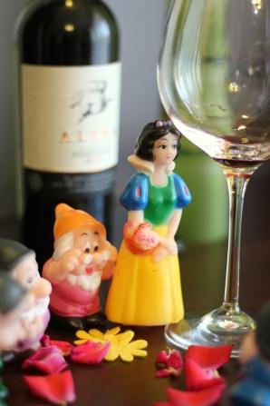 -Oh dragii mei, va multumesc mult pentru aceasta Feteasca Neagra. Mi se pare un vin foarte feminin ca structura, desi cam unidimensional, fara complexitate si evolutie in pahar. Dar eu nu ma pricep, sunt doar Alba ca zapada...