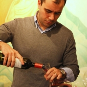 turnarea vinului in decantor