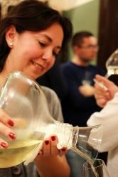 vin alb in decantor