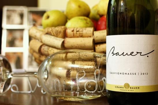 cos cu fructe si sticla de vin
