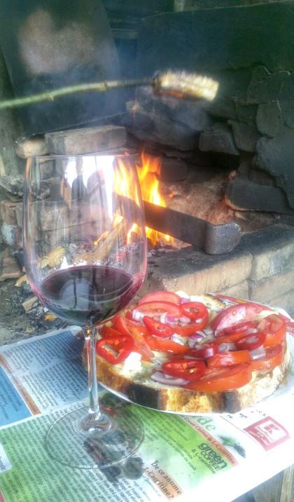 vin rosu langa foc