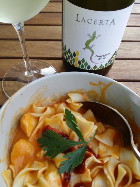 Sauvignon Blanc Lacerta cu fetuccine si sos de morcovi